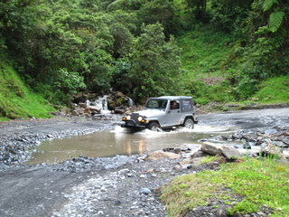 colombian river crossing jeep 320x240